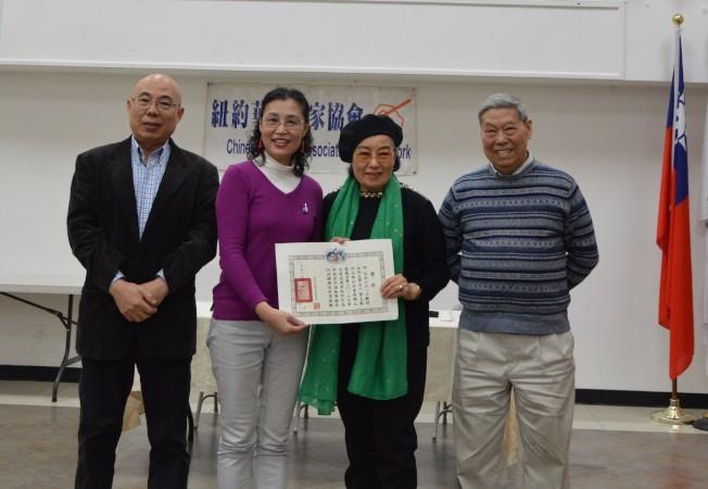 許芸(左二)接受紐約華文作家協會頒獎。(記者牟蘭/攝影)