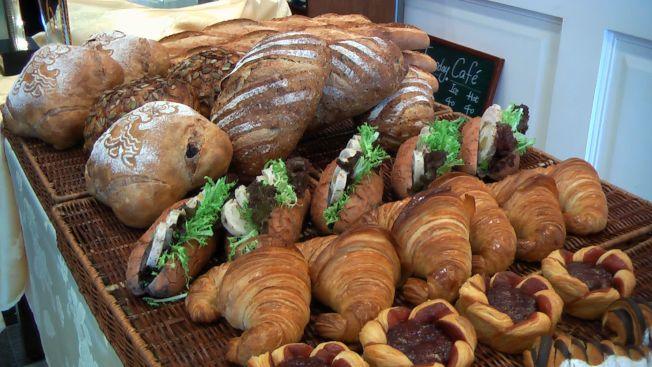 糖尿病患遇到提供甜點、麵包或大魚大肉的餐點時,就必須節制。(本報資料照片)