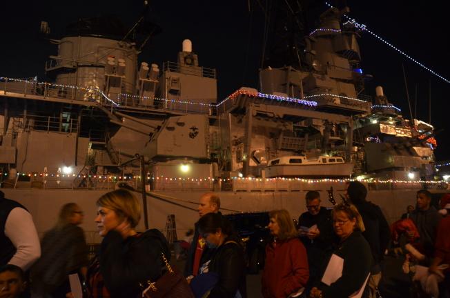 IOWA戰艦被節日彩燈照亮。   (記者王全秀子/攝影)