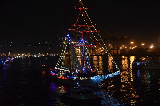聖誕樹造型的遊行船深受民眾喜愛。(記者王全秀子/攝影)