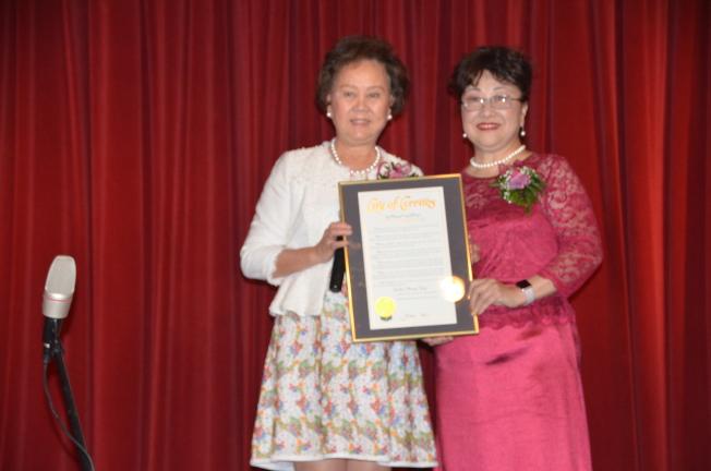 喜瑞都市市長胡張燕燕(左)向黃燕華(右)頒發賀狀。(記者王全秀子/攝影)