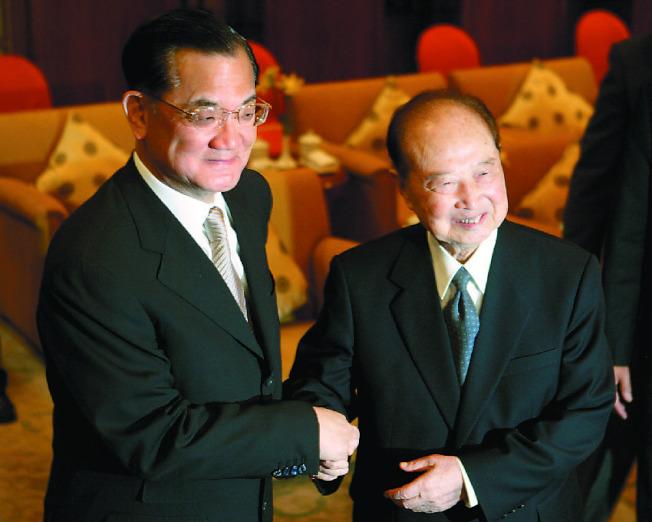 大陸海協會前會長汪道涵(右)2005年5月,抱病和時任國民黨主席連戰(左)會面。(本報資料照片)