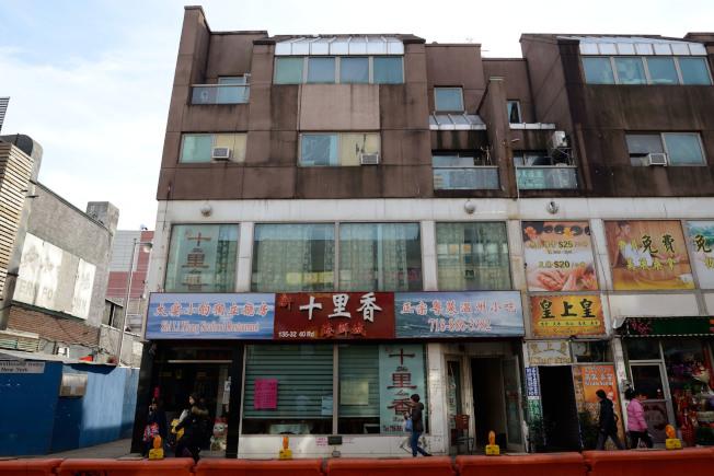 宋揚跳樓地點,就在新十里香四樓陽台(圖左側)。(記者朱澤人/攝影)