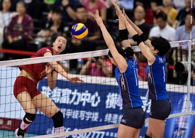 日本教練大松博文曾訪華培訓中國女排,如今中國女排實力已凌駕日本女排。(新華社)
