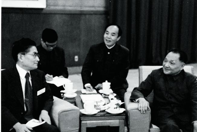 鄧小平(右)與日本共同社負責人交談。後排為本文作者周斌。(取材自中國新聞周刊/周斌提供)