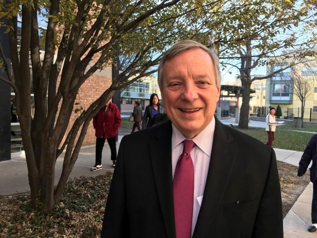 伊州參議員德賓2日上午從華府返回芝加哥後,到芝城華埠與耆老談新稅改案的衝擊。(特派員黃惠玲/攝影)