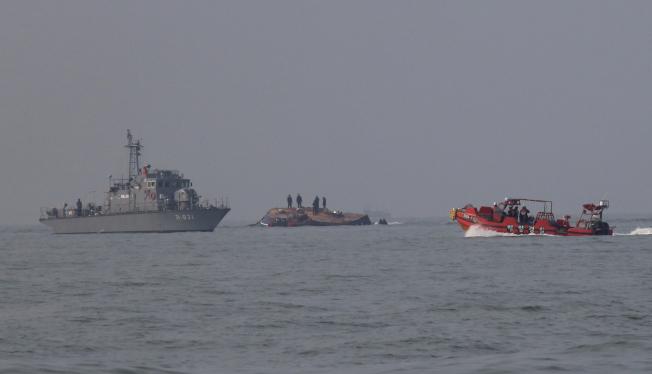 南韓一艘漁船(中)3日在西岸外海與油輪相撞後翻覆,造成13人死亡,海巡及海軍前往馳援搜救。(美聯社)