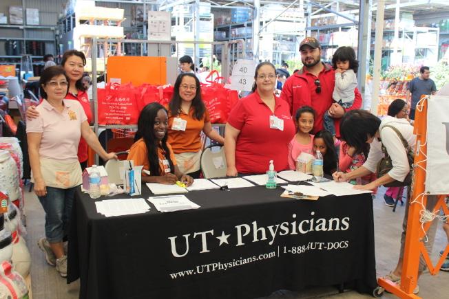 西南診所經理凱瑪爾(後排戴帽者)、社區服務負責人翁珮珊(左四)、Home Depot華裔員工Nancy Chu(左一)、美南銀行公關莊幃婷(左二)和工作人員們開心合影。(記者郭宗岳/攝影)