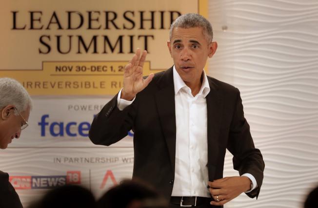 美國前總統歐巴馬在印度新德里舉行的領導人峰會上發表講話時,揮手致意。(美聯社)