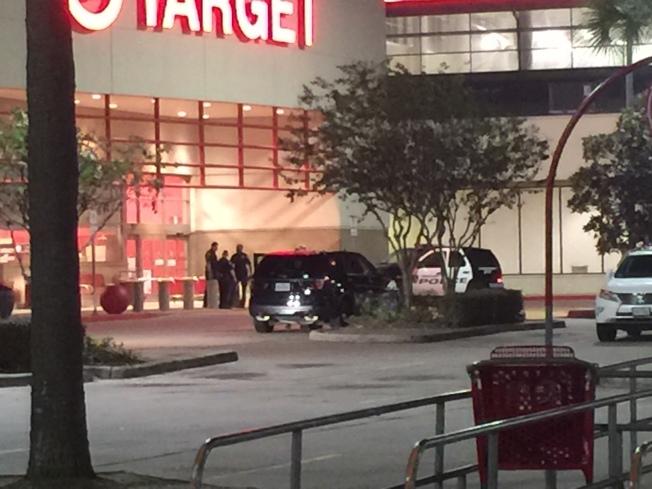 休士頓Memorial City Mall 2日晚間驚傳槍響,百貨商場內一度清空,經過警方調查,原來是有搶匪以槌子打破珠寶店展示櫃後搶劫珠寶逃逸。(記者郭宗岳/攝影)