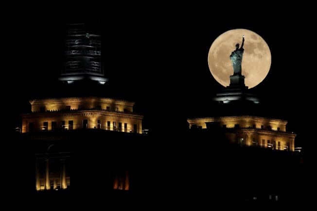 紐約港口勝利女神像的超級月亮。(歐新社)