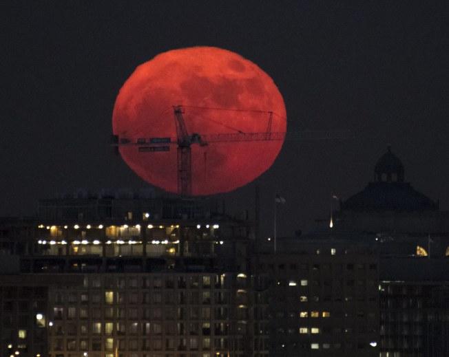 美國國會3日晚所見超級大月亮。(歐新社)