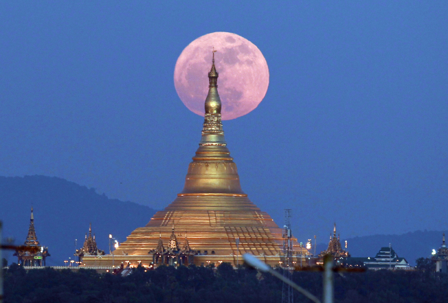 在緬甸所見的超級月亮。(美聯社)