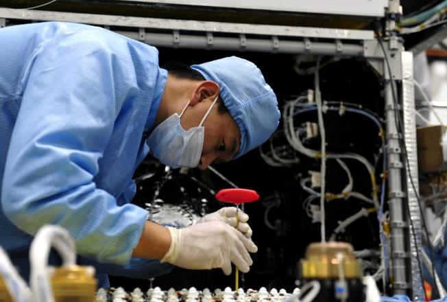 中科院微小衛星創新研究院是中國「小衛星的搖籃」。 圖為工作人員在中科院微小衛星創新研究院總裝車間工作。(新華社)