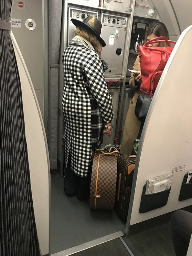 瑪丹娜不耐班機延誤中途下機。(取材自英國每日郵報)