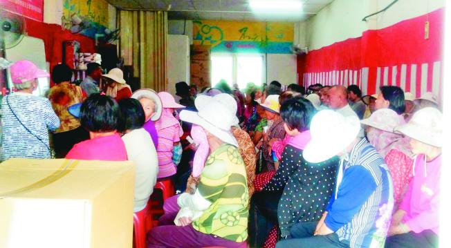 嘉義縣鄉村常有被稱為「王祿仔場」的健康講座,推銷員總在會中對老人兜售保健食品,曾造成家庭糾紛。(圖:衛生局提供)
