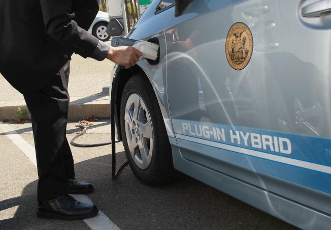 調查報告表示,改開電動車可為消費者省下可觀的油錢。(Getty Images)