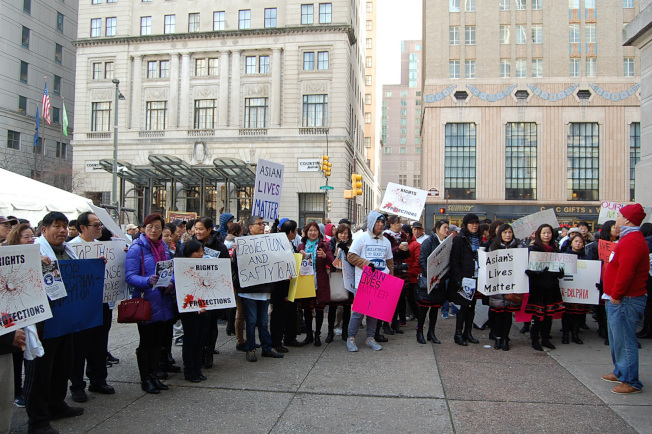 數百位進不了議場的民眾,在費城市政府廣場舉牌抗議。(記者劉麟/攝影)