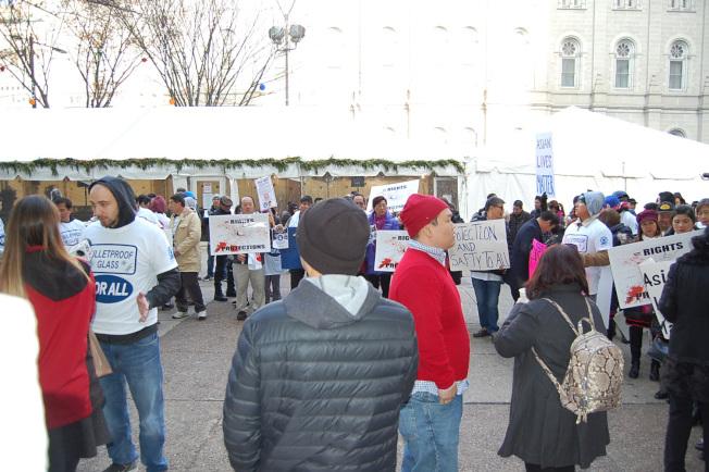 未能進入議場的群眾,在市府廣場舉牌抗議數小時。(記者劉麟/攝影)