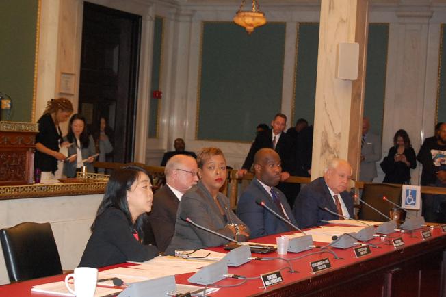 市議員金海倫(左)市在公聽會上發言,其左手邊是提案市議員貝斯。(記者劉麟╱攝影)
