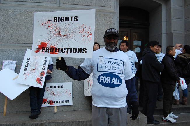 非裔威廉斯舉牌加入抗議行列。(記者劉麟/攝影)