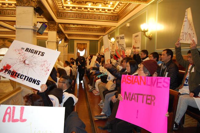 市議會五樓旁聽席擠滿華裔業主,他們高舉「亞裔的命也是命」等英文標語。(記者劉麟/攝影)