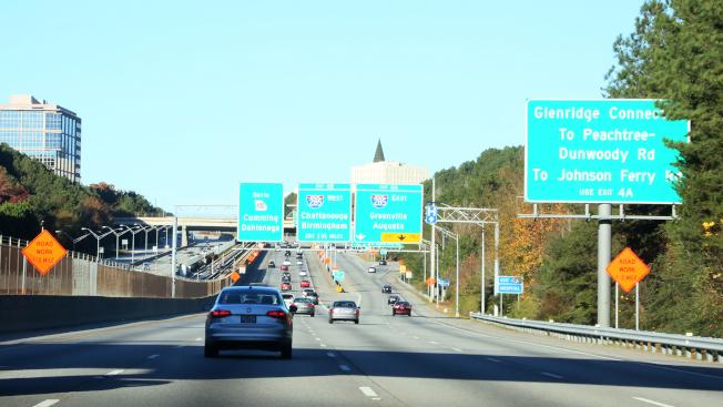 喬州正準備大手筆整建285/400交接口附近的交通,400號公路北向車道接近四號出口沿路已設大量「前有施工」警告標誌。(記者張蕙燕/攝影)