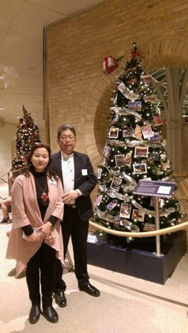 駐亞特蘭大台北經濟文化辦事處處長劉經巖夫婦攝於台灣聖誕樹前。(取自經文處臉書)
