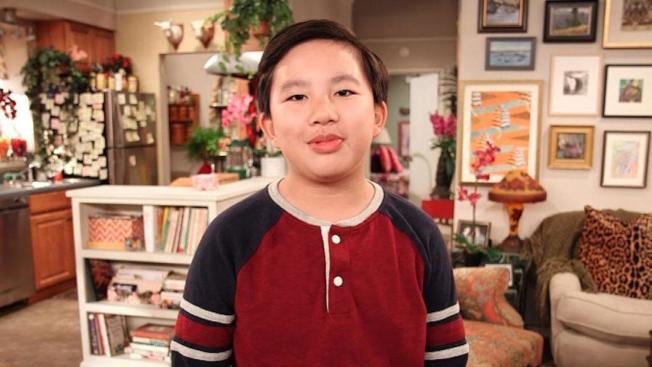 蔡丞恩在CBS多鏡頭喜劇「三三代同層」(9JKL)中扮演喜歡閒逛,聰明又刻薄的12歲鄰居Ian。(CBS圖片)