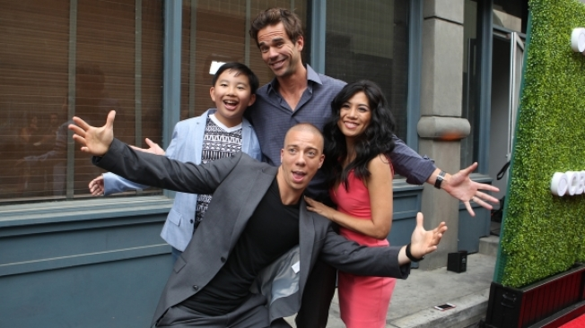 蔡丞恩(後左一)在CBS多鏡頭喜劇「三三代同層」(9JKL)中扮演喜歡閒逛,聰明又刻薄的12歲鄰居Ian。(CBS圖片)