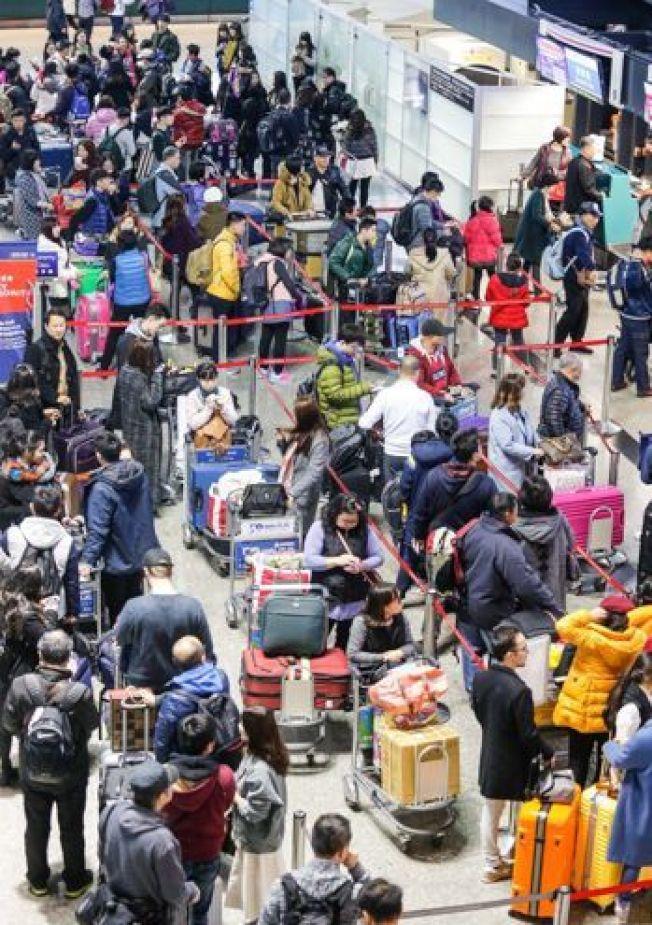 桃機入境大排長龍,讓許多海外遊客詬病。(本報資料照片)