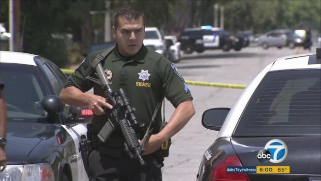 聖伯納汀諾市被列入加州「最危險城市」之一,圖為該市警員持長槍處理一起槍擊警員案。(ABC電視台)