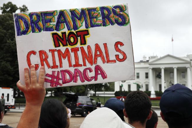支持夢想生的群眾在白宮外抗議川普政府取消夢想生計畫。(美聯社)