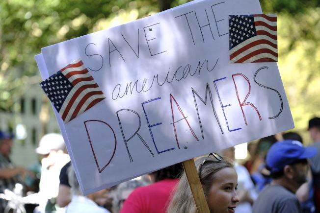支持夢想生的群眾在俄勒岡州波特蘭抗議川普政府取消夢想生計畫。(美聯社)