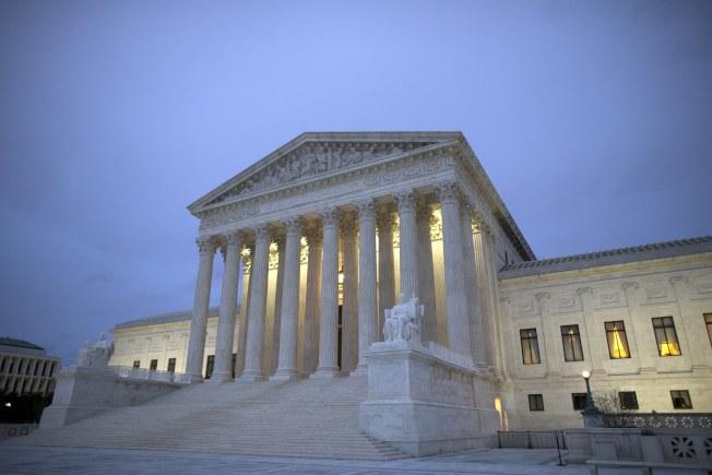 聯邦最高法院4日裁定川普政府的六國旅行禁令合法,逕可執行。(歐新社)