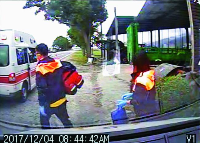 關山消防分隊路邊搶救一名心跳停止病患,遭路旁一住戶阻止「可以不要在我家門口急救嗎?」讓隊員相當感慨。(記者羅紹平/翻攝)