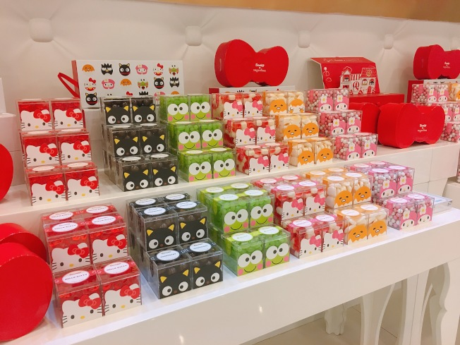 Sugarfina推出Hello Kitty(凱蒂貓)、Keroppi (大眼蛙)、和Gudetama(蛋黃哥)等甜美卡通角色包裝。(記者莊婷/攝影)