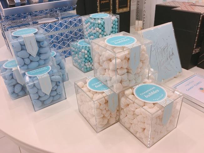 以壓克力盒製成的包裝,像極了精品店Tiffany&Co. 的禮品盒。(記者莊婷/攝影)