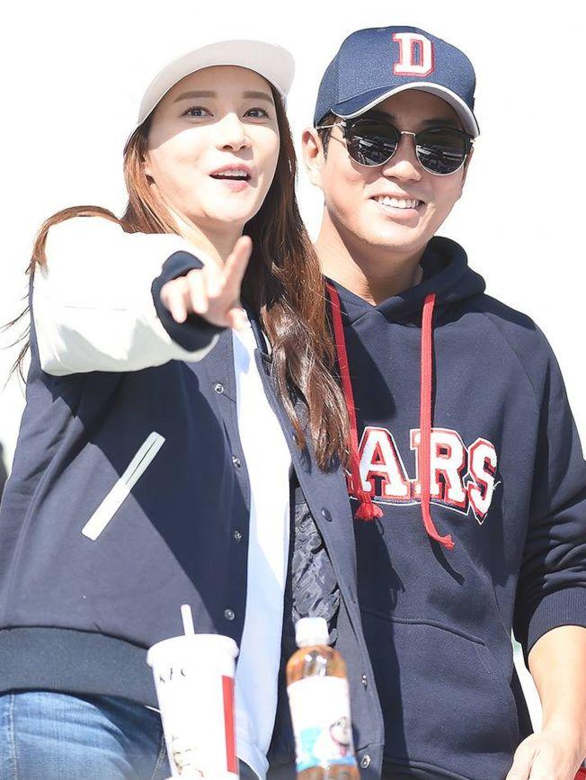 朱相昱(右)和車藝蓮結婚6個月後,傳出懷孕喜訊。(取材自臉書)