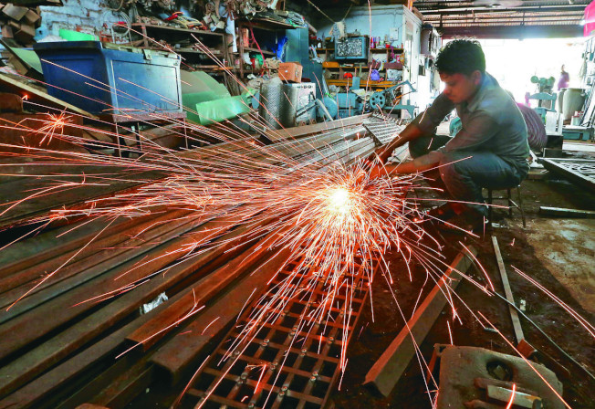 最新調查顯示,孟加拉與印度明年薪資成長速度將高居亞太之冠,預料調薪幅度將達約10%,中國增幅約6%。台灣明年的薪資增幅則預料為3.6%,低於新加坡與香港的加薪幅度。(路透資料照片)