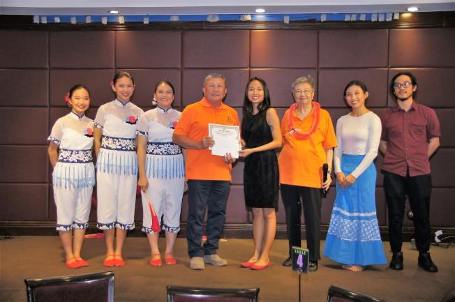 2017年會長路惟登(左四)與下屆主席蔡皚如(右三)頒發獎學金給鳳舞宮團體。(通訊記者高振華攝影)