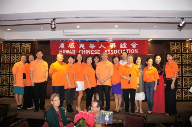 夏威夷華人聯誼會2017年理事與職員於12月舉行的會員大會上,向出席會員與貴賓賀佳節及感謝眾人一年來的支持。(通訊記者高振華攝影)