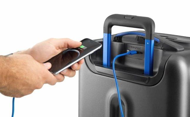 部分航空公司將要求帶著可充電、可定位箱子位置智能行李箱的旅客,必須在登機前,取出行李箱內的電池。(亞馬遜購物網站截圖)