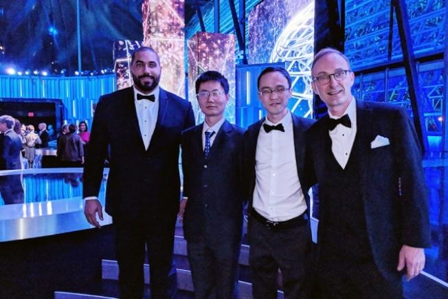 麻省理工學院數學系華人教授張偉(右二)與明年即將到任MIT的現耶魯大學華人數學教授惲之瑋(左二)共同獲得被譽為「科學第一巨獎」的科學突破獎的分項數學新視野獎。圖為頒獎現場。(取自MIT數學系官網)