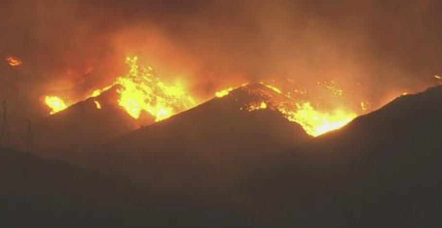 Thomas山火附近有2500棟住家,附近的學校及民眾都已被強制疏散,他們尚可上 210公路(Foothill) 遠離山火。(截圖自CBS Los Angeles 臉書)