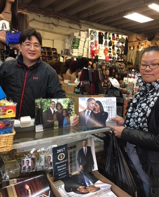 莊老闆的批發商鋪批貨跟著市場走,店裡只賣歐巴馬一家的月曆。(讀者提供)