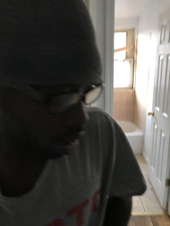 一名年紀約23歲,身高6呎,體型偏瘦,頭戴一頂深色帽子和一副深色框架眼鏡的非裔遊民,日前「入住」Stephany夫婦位於華埠附近的空置房。(Stephany提供)