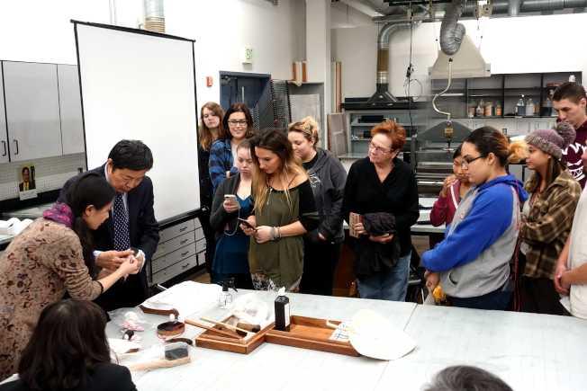 新州學生觀看漢畫像石拓片新州表演。(記者謝哲澍/攝影)