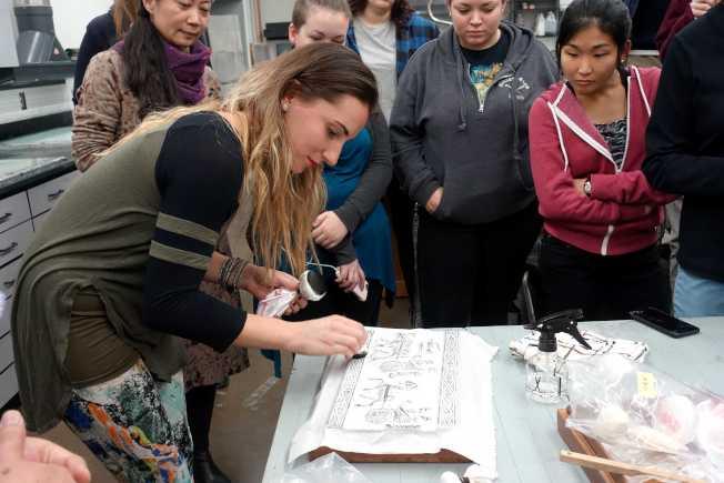 威大學生參與感受漢畫像石拓片過程。(記者謝哲澍/攝影)