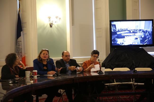 馬麗桃(左二)舉辦任內最後一次少數族裔和社區媒體圓桌會。(記者洪群超/攝影)